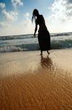 Surfer sur la plage Images libres de droits