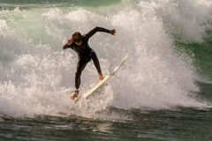 Surfer sur la plage de Guincho dans Porrtugal Photo stock