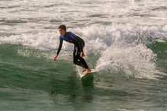 Surfer sur la plage de Guincho dans Porrtugal Photos stock