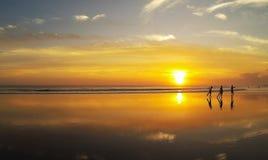 Surfer sur la plage de mer Photographie stock
