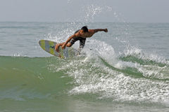 Surfer sur la plage de Pancer photographie stock libre de droits