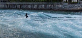 Surfer sur la rivière Aare Photographie stock libre de droits