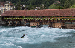 Surfer sur la rivière Aare Thun Photo libre de droits