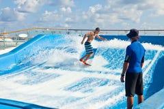 Surfer sur le bateau de croisière Photographie stock libre de droits
