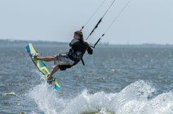 Surfer sur le conseil photographie stock libre de droits