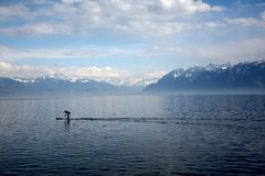 Surfer sur le lac paisible Photos stock