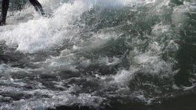 Surfer sur le mouvement lent 1 de vagues banque de vidéos