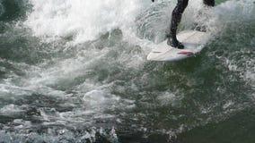 Surfer sur le mouvement lent 4 de vagues banque de vidéos