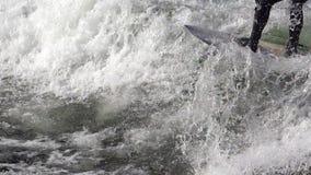Surfer sur le mouvement lent de vagues banque de vidéos
