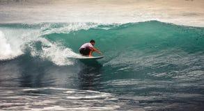 Surfer sur le ressac bleu, Bali, Indonésie Monte dans le tube Photos stock