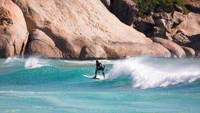 Surfer sur les ondes photographie stock libre de droits