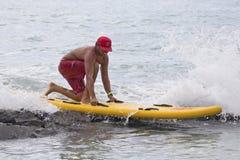 Surfer sur les roches Photos stock