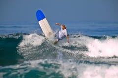 Surfer sur une grande onde photographie stock