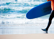 Surfer with surfboard detail and sea background Royalty Free Stock Photos