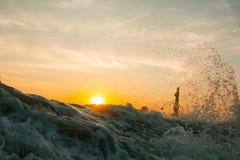 Surfer tegen de achtergrond van de het plaatsen zon Royalty-vrije Stock Afbeelding