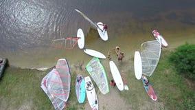 Surfer treten auf dem Meer, Boote, Windsurfen zusammen stock video footage