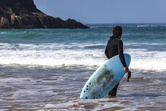 SURFER-UHR HEREIN ZUM OZEAN stockfotografie