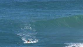 Surfer und jetski an den surfenden Kiefern Bruch der großen Welle in Pe驶ahi am Nordufer der Insel von Maui, Hawaii stock video