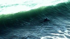 Surfer und Welle - Zeitlupe stock video
