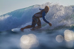 Surfer une onde image stock