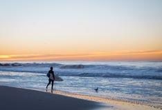 Surfer ungefähr, zum heraus zu schaufeln Stockfoto