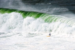 Surfer unter großer Welle Stockfotografie