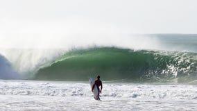 Surfer vor einer großen Welle Stockfotografie