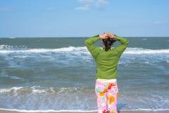Surfer wartet Wellen lizenzfreies stockbild