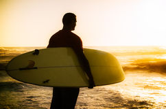 A surfer watching the waves Royalty Free Stock Photos