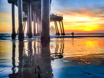 Surfer weggaand water tijdens eb Royalty-vrije Stock Afbeeldingen