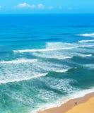 Surferbrandungs-Ozeanstrand Portugal stockbild