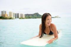 Surferfrau, die auf Waikiki-Strand Hawaii surft Stockbild