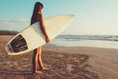 Surferfrau im Bikini zum Surfen gehen lizenzfreie stockfotos