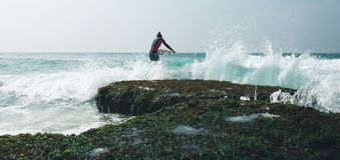 Surferfrau mit Surfbrett lizenzfreie stockfotos