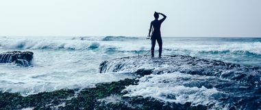 Surferfrau mit Surfbrett stockfoto