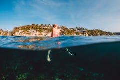 Surferfrau mit Surfbrett sich entspannen Brandungsmädchen im Meer stockbilder