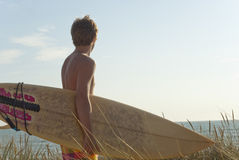 Surfergeck, der auf Düne steht Stockbilder