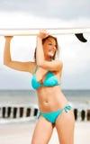 Surfermädchen auf dem Strand im Bikini Lizenzfreies Stockfoto