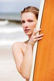 Surfermädchen auf dem Strand im Bikini Stockbild