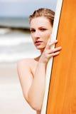 Surfermädchen auf dem Strand im Bikini Stockfotos