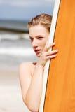 Surfermädchen auf dem Strand im Bikini Lizenzfreie Stockfotos