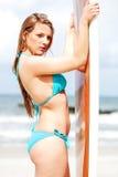 Surfermädchen auf dem Strand im Bikini Lizenzfreie Stockbilder