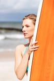 Surfermädchen auf dem Strand im Bikini Stockfotografie