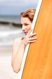 Surfermädchen auf dem Strand im Bikini Lizenzfreies Stockbild