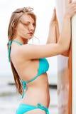 Surfermädchen auf dem Strand im Bikini Stockfoto