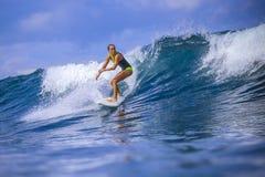 Surfermädchen auf erstaunlicher blauer Welle Lizenzfreies Stockfoto