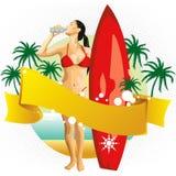 Surfermädchen, das auf Strand trinkt Stockbild