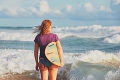 Surfermädchen, das Ferien genießt Stockfotos