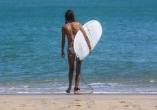 Surfermädchen in einem weißen Bikini Stockbild