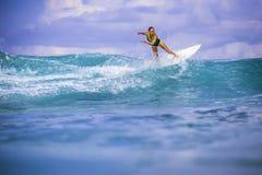 Surfermädchen auf erstaunlicher blauer Welle Stockfoto